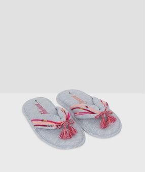 Chaussons entre-doigts molletonnés gris.