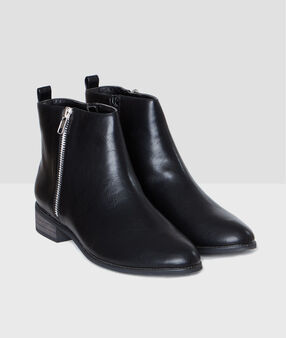 Zipped boots black.