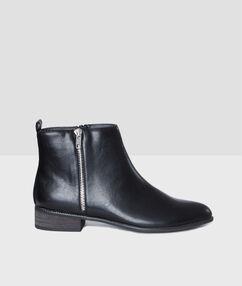 Zipped boots black.