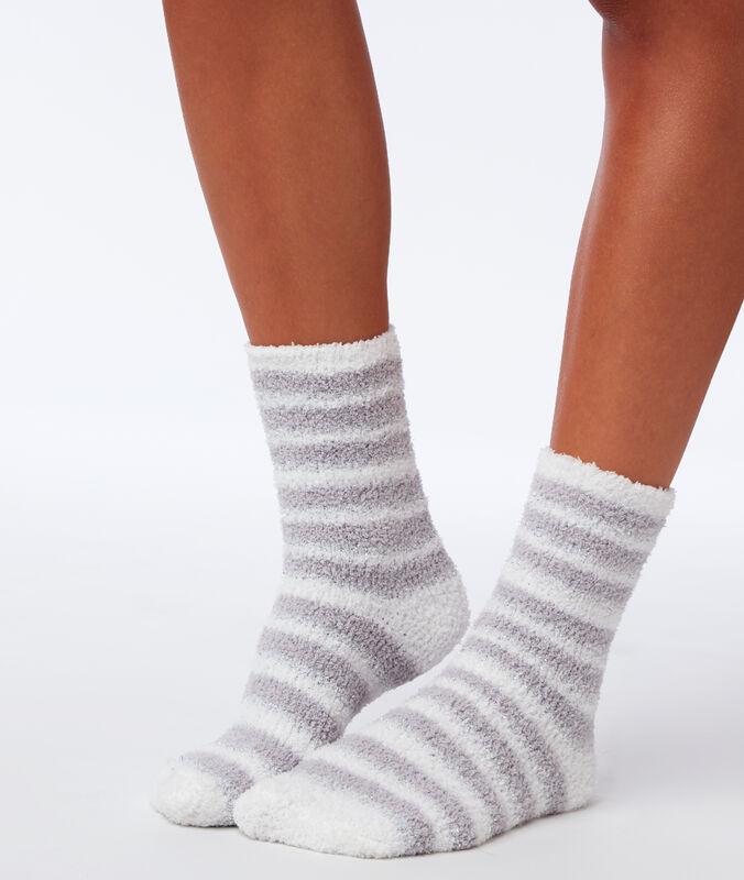 Chaussettes doudou à fibres métallisées gris clair.
