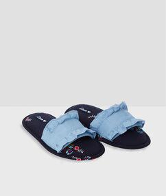 Chaussons ouverts imprimés bleu.