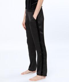 Pyjamahosen schwarz.