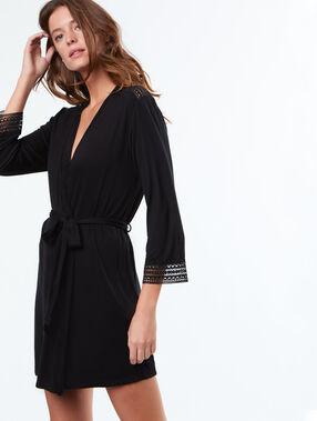 Kimono con motivos de encaje negro.