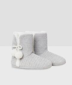 Chaussons bottines à pompons gris.