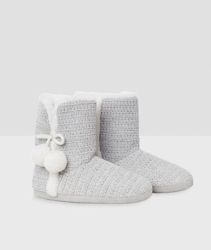 Pantofole a stivaletto con pompon grigio.