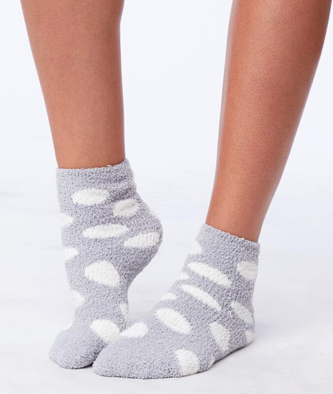 Chaussettes mi-hautes gris clair.