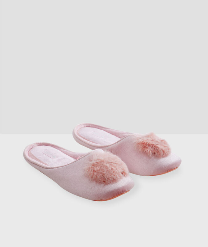 Slippers with pompoms pink.