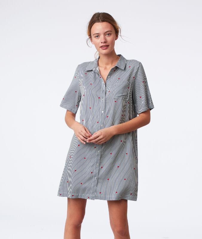 Chemise de nuit rayée à motifs cœur gris.