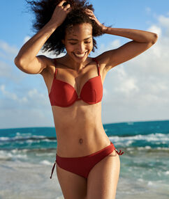 Bas de bikini simple rouge.