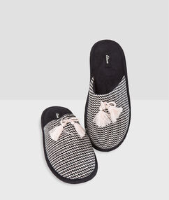 Pompom slippers black.