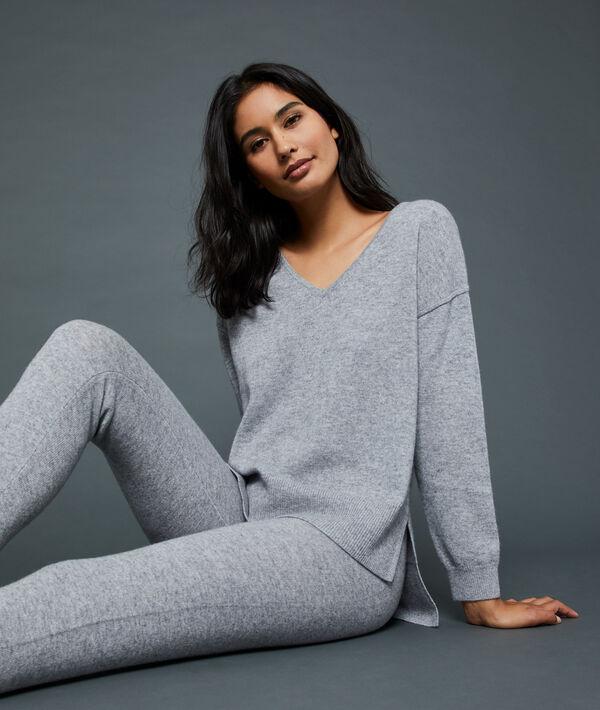 V-neck cashmere sweater;${refinementColor}