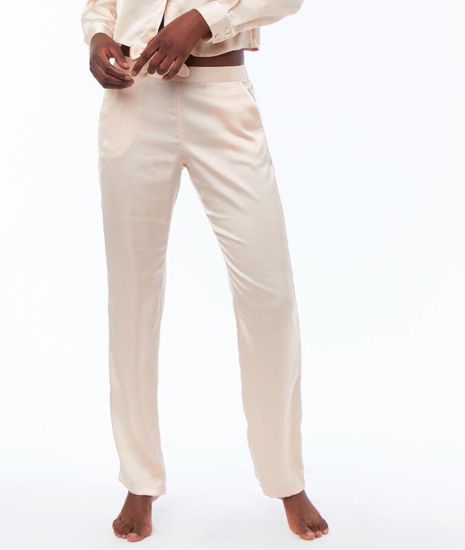 Pantaloni in raso rosa polvere.