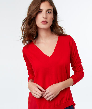 Bi-material v-necked jumper red.