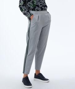 Pantalon avec bandes latérales gris chiné clair.
