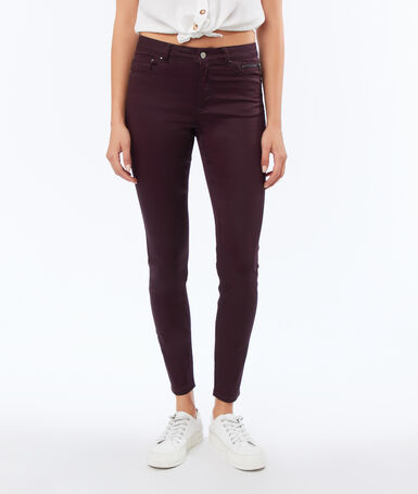 Slim pants with coated effect aubergine.