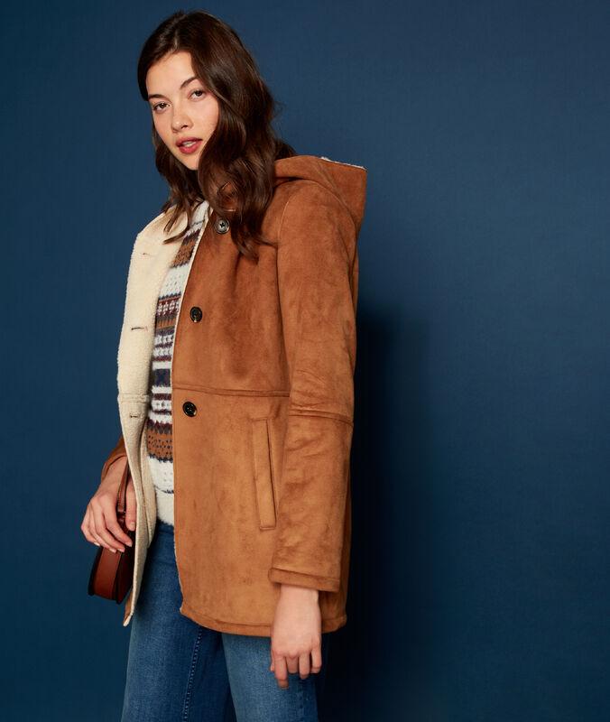 Manteau à capuche effet peau lainée terre.
