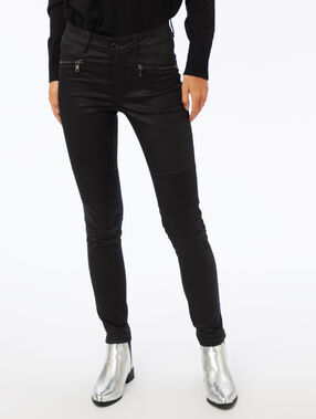 Slim leg jean coated black.