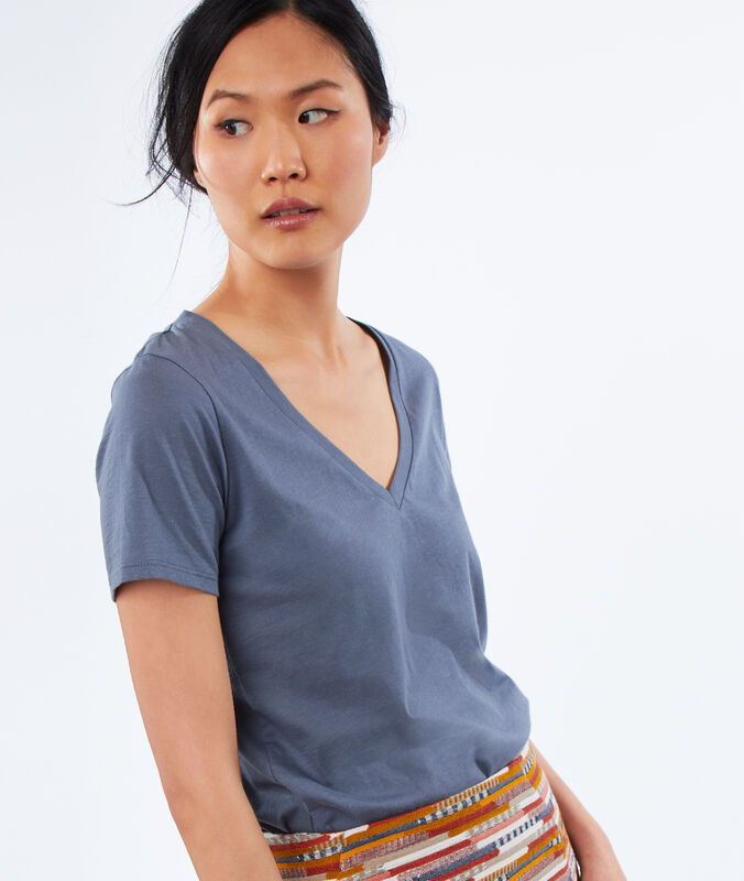 Cotton v-necked t-shirt slate grey.