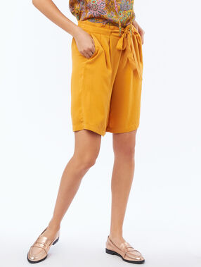 Flowing bermuda shorts belted with tencel® honey yellow.