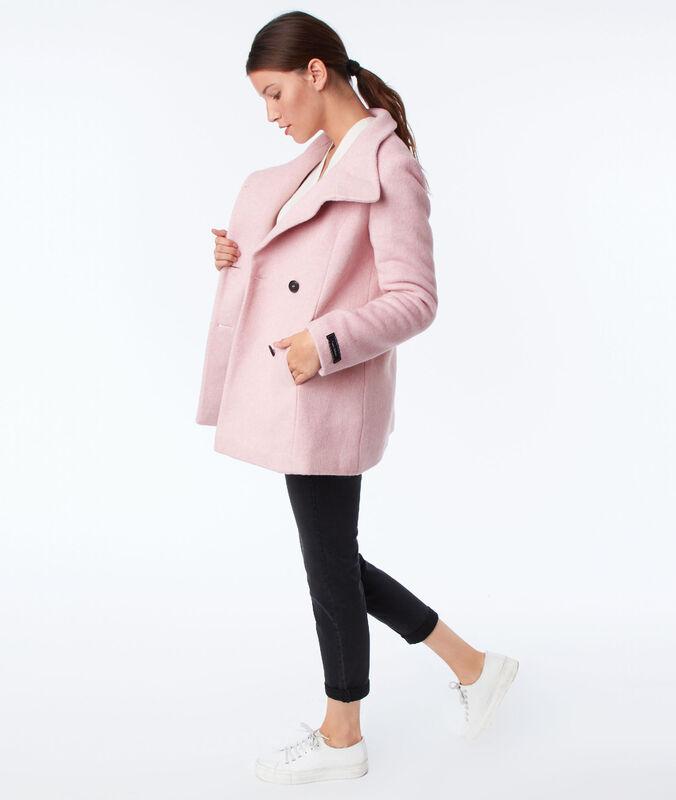 Manteau trois-quarts col boutonné rose pale.