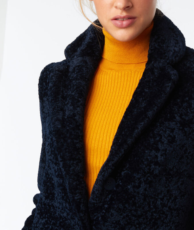 Manteau 3/4 en fausse fourrure bleu marine.