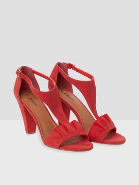 Sandalias con tacón rojo.