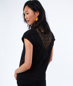 Lace, v-necked t-shirt black.