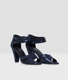 Sandales à talons hauts bleu marine.