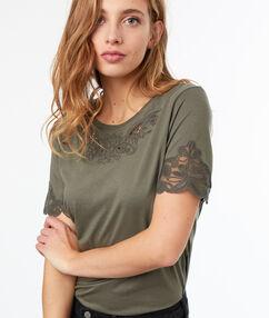 T-shirt manches guipures kaki.