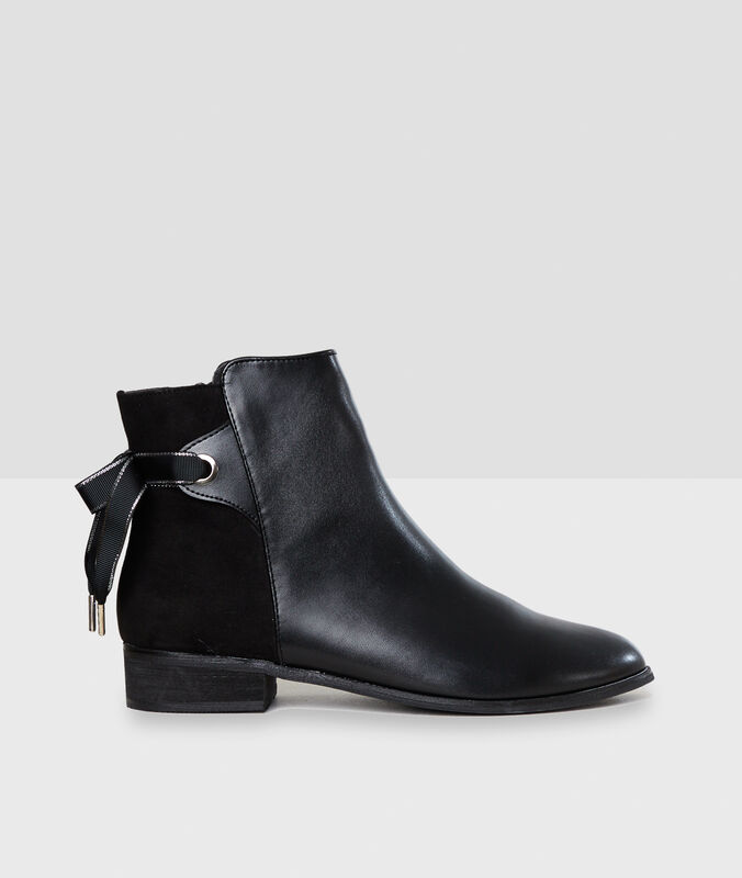 Boots black.