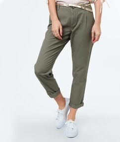 Pantalon carotte ceinturé en coton kaki.