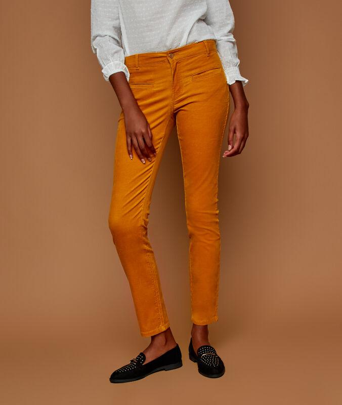Pantalon slim en velours jaune miel.