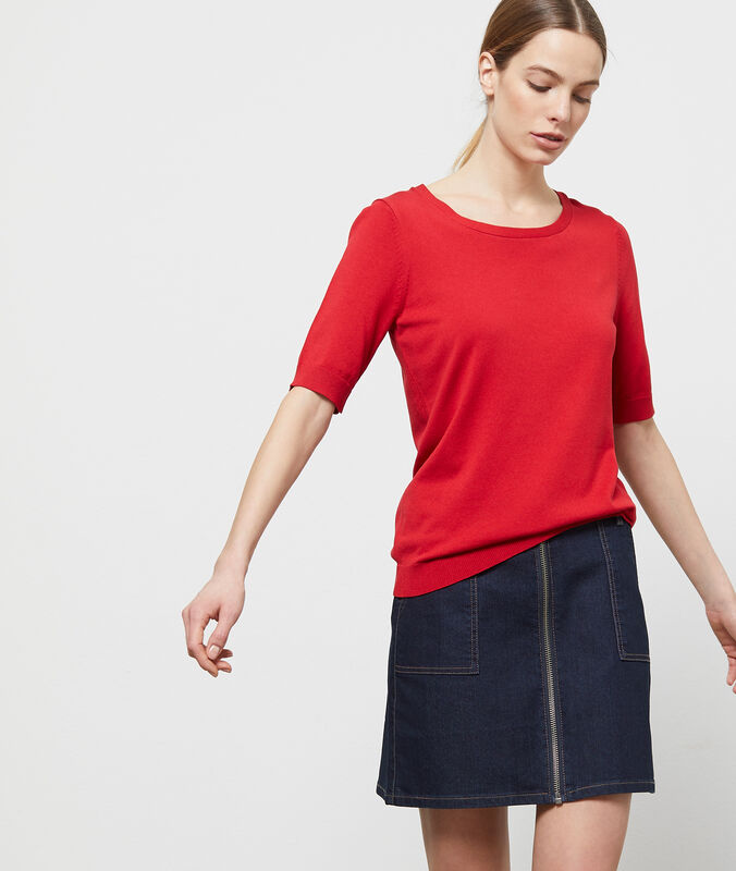 Short-sleeved, round-necked jumper red.