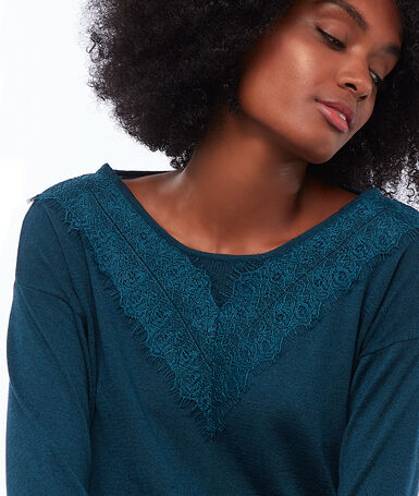 Wide-neck sweater with guipures duck.
