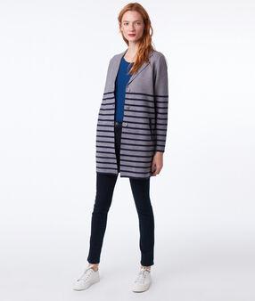 Veste longue à rayures gris chine clair.